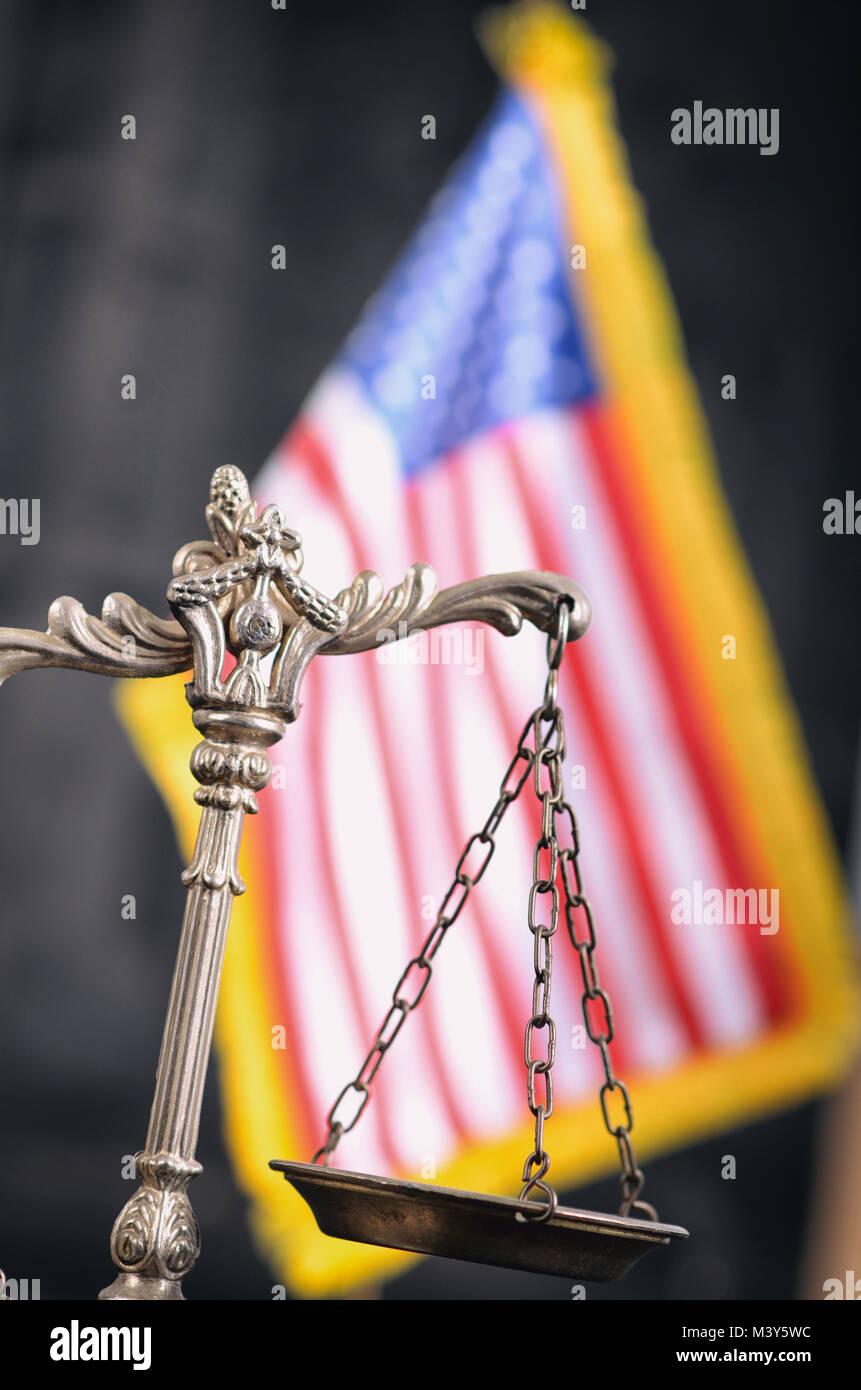 La ley y la justicia, el concepto de legalidad, escalas de justicia delante de la bandera americana en el fondo. Foto de stock
