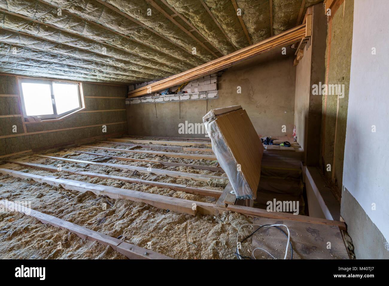 Ático Casa en construcción. Paredes y techos de buhardilla con ...