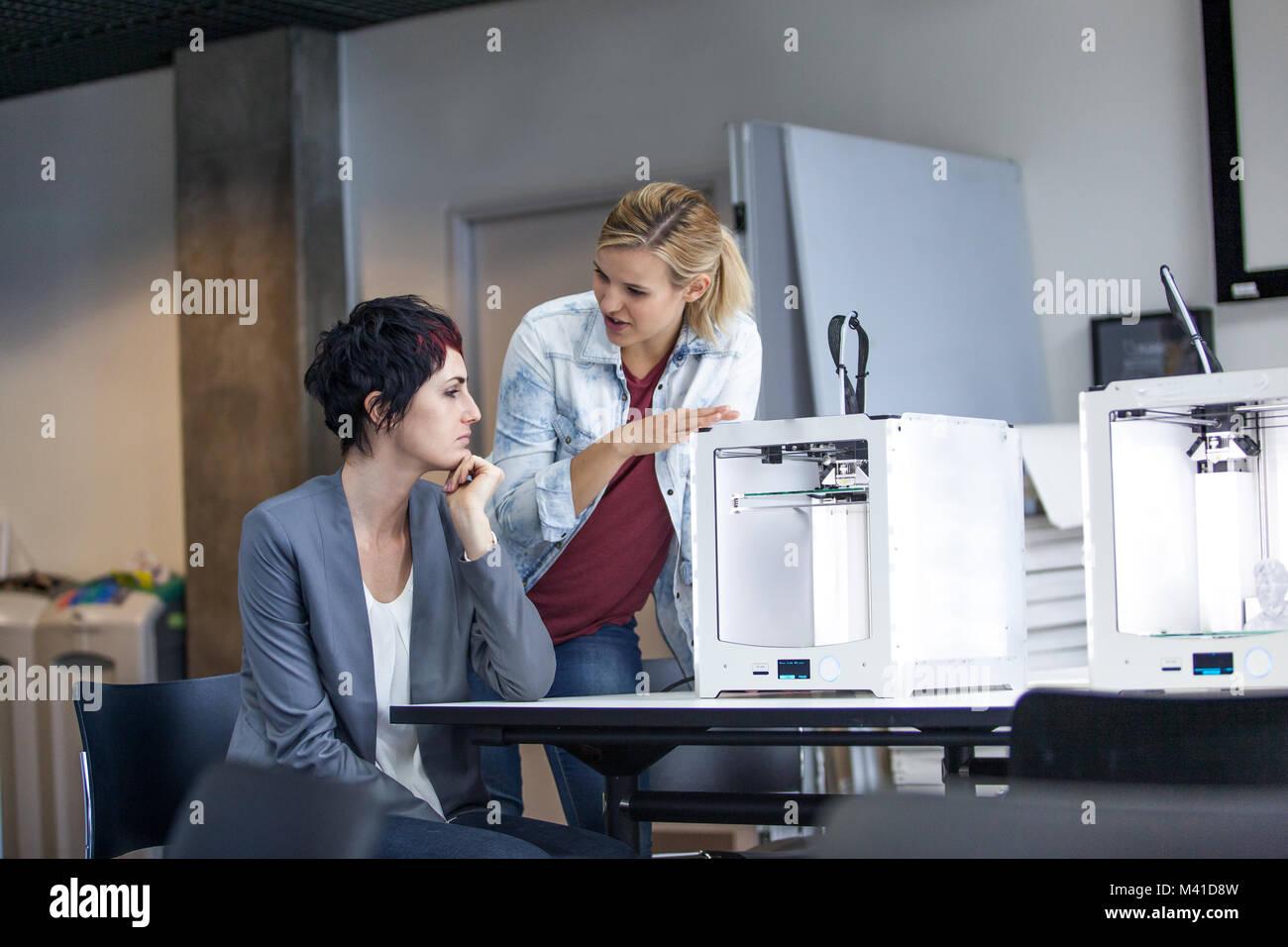 Los diseñadores con impresora 3D Imagen De Stock