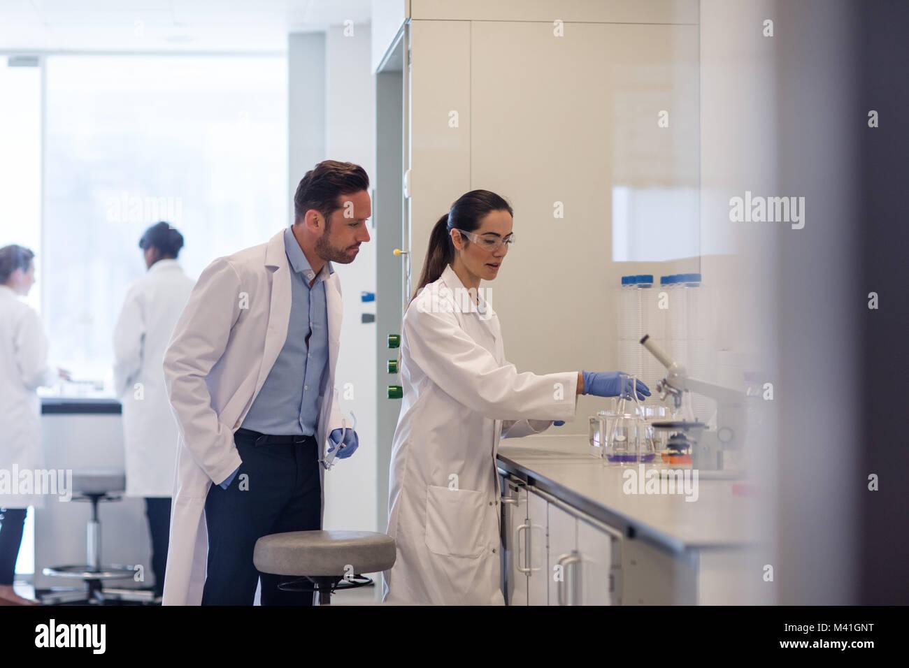 Estudiante trabajando en un experimento científico Imagen De Stock