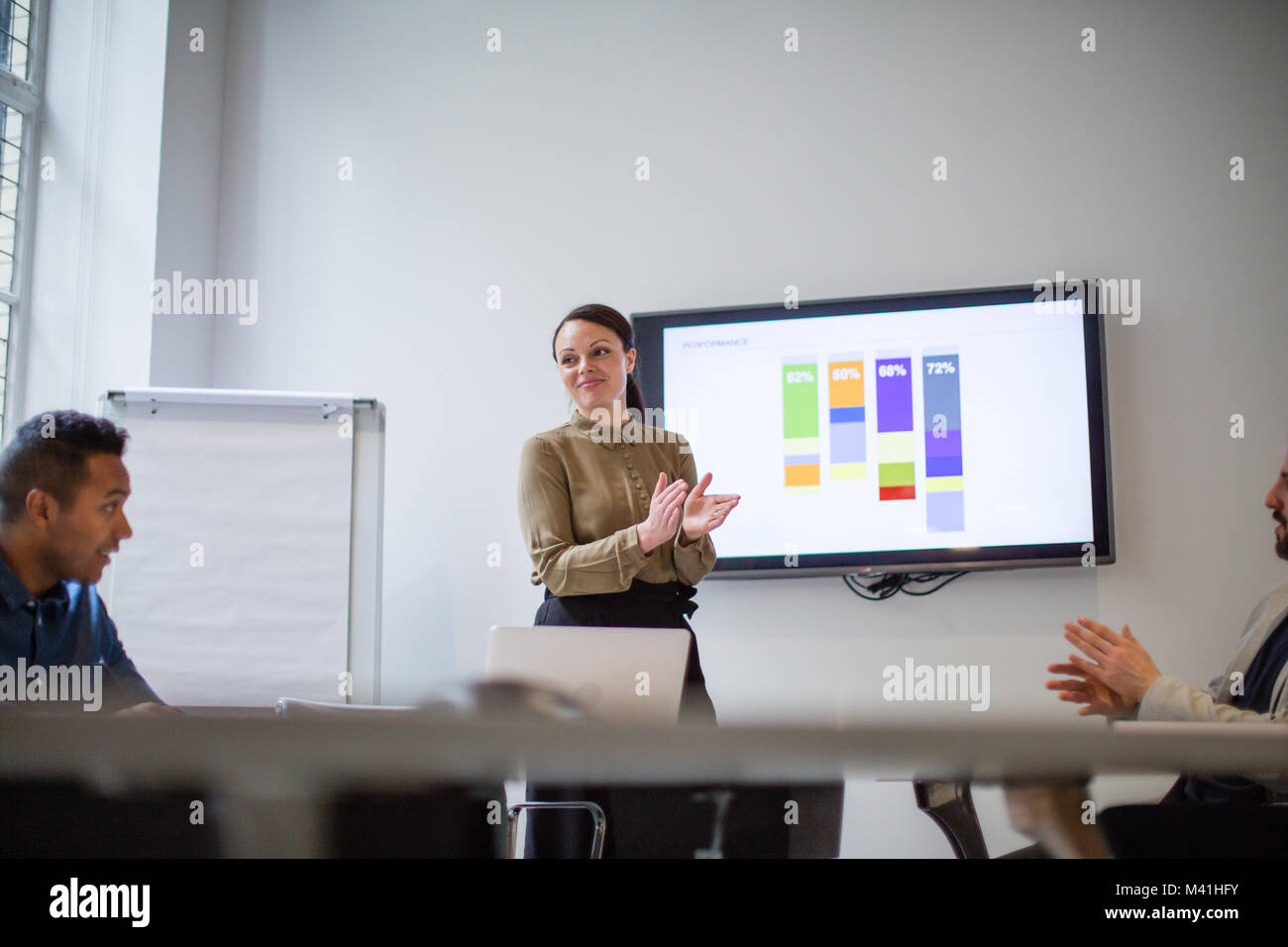 Ejecutivo de negocios femenina aplaudiendo el rendimiento del equipo. Imagen De Stock