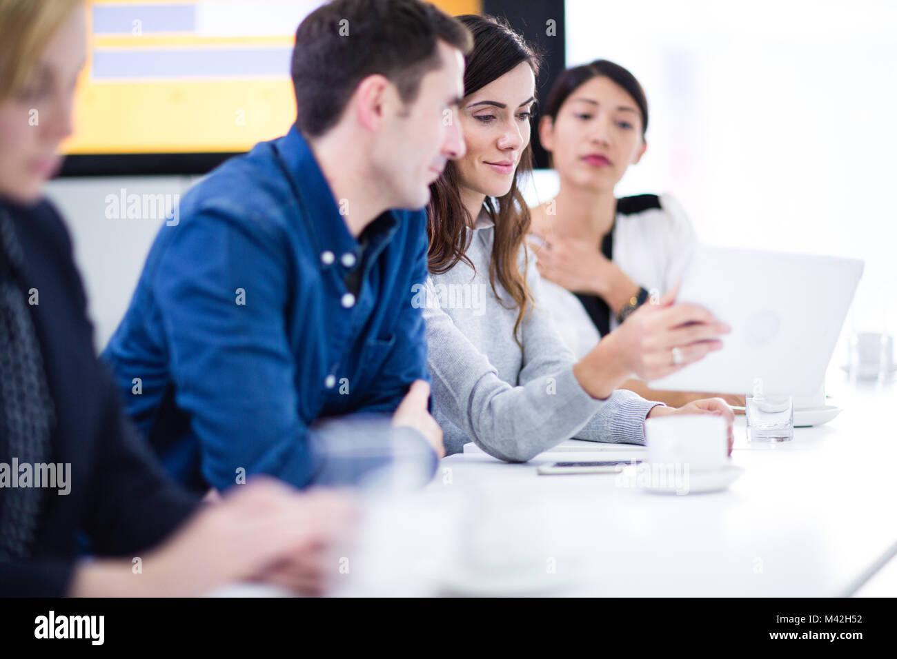 Colegas en una reunión de negocios con tecnología Imagen De Stock
