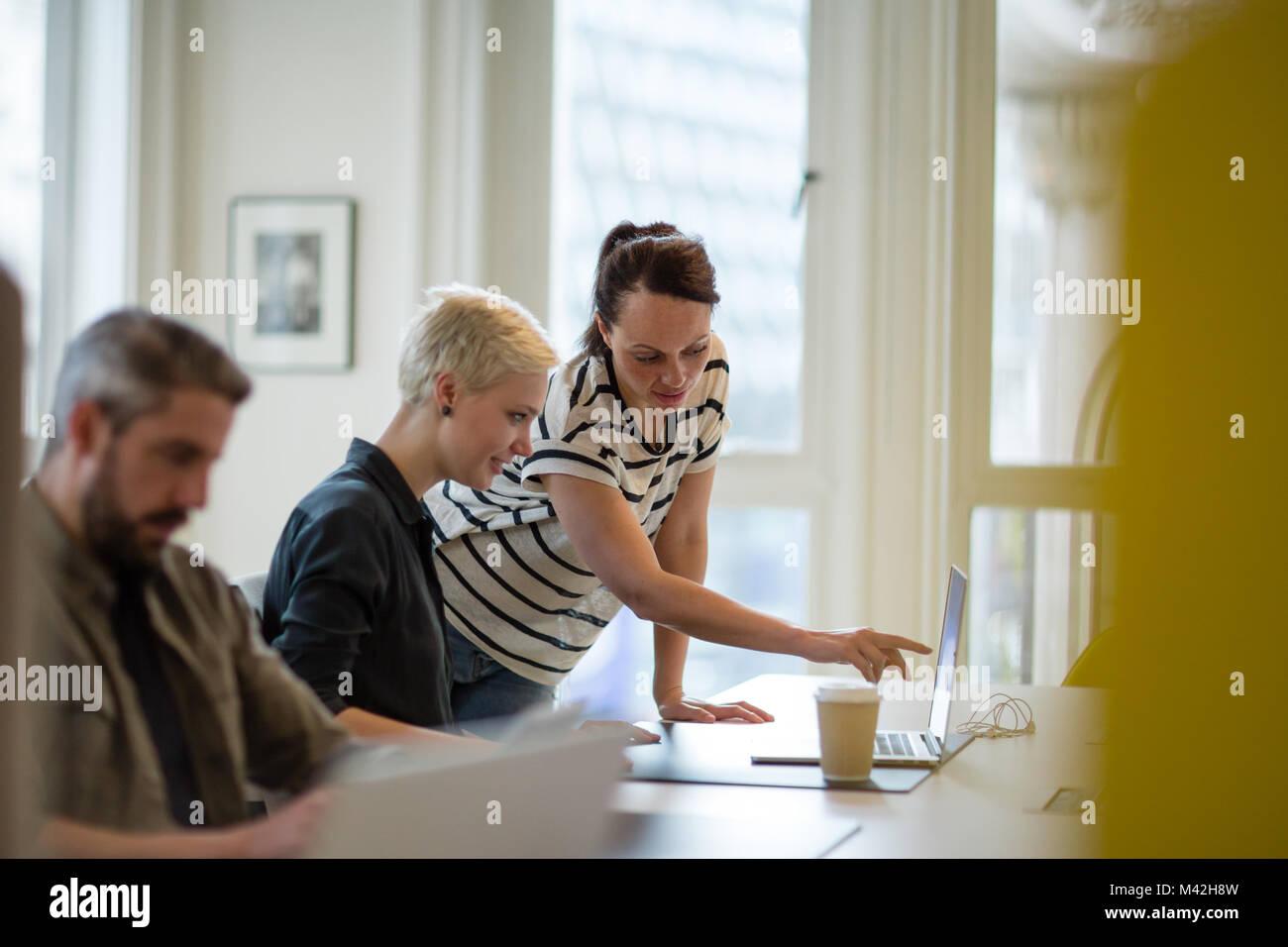 Formación de directivos del nuevo empleado en la oficina Imagen De Stock