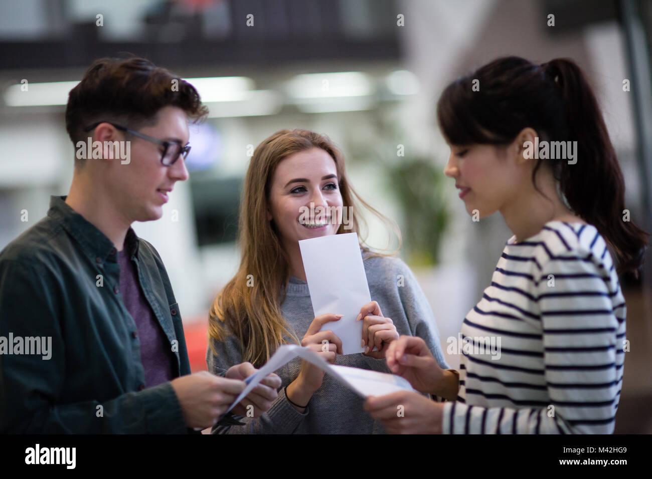 Los estudiantes nervioso acerca de los resultados de los exámenes de apertura Imagen De Stock