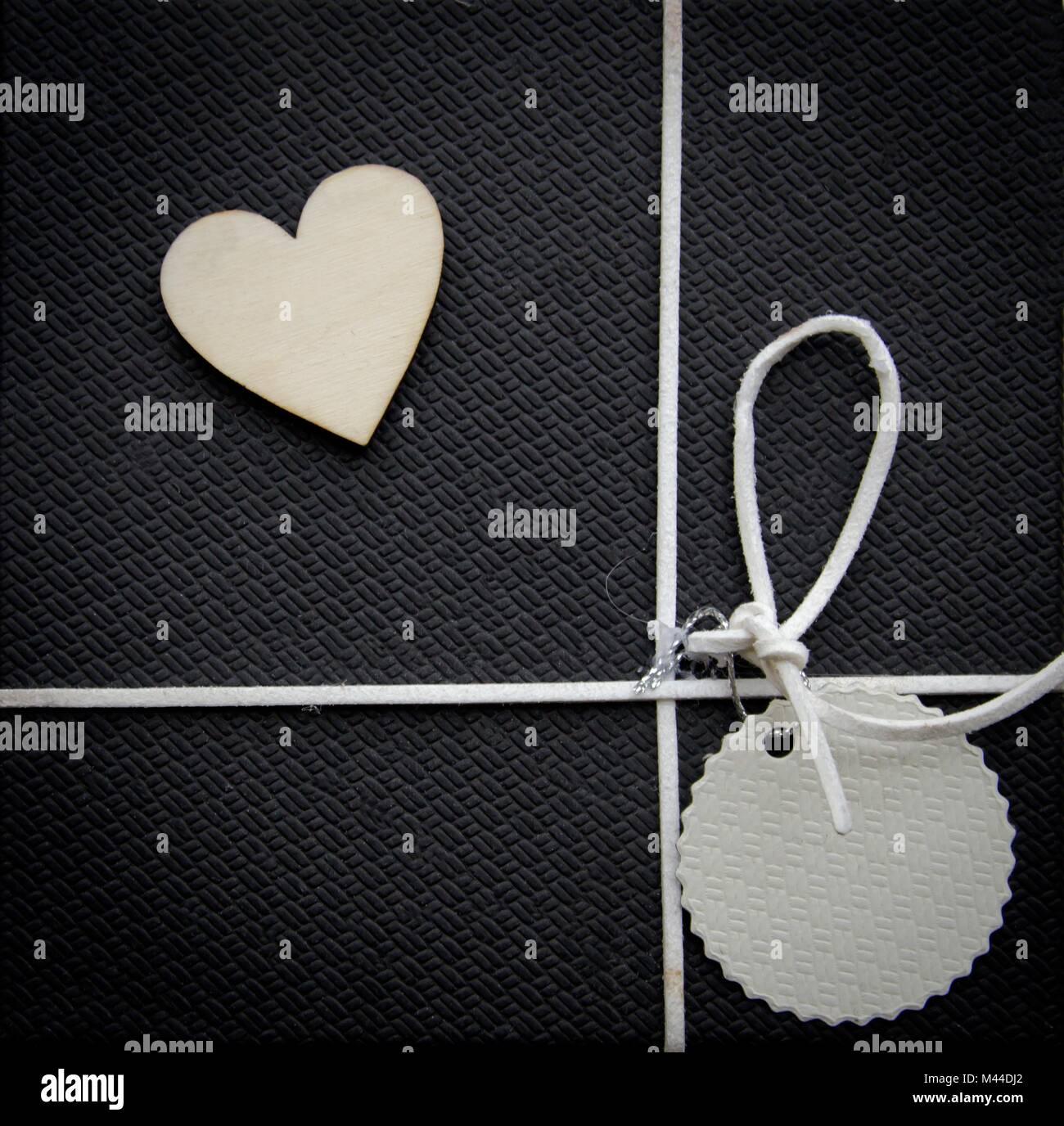 Tarjeta de felicitación de corazón y en color negro con textura de fondo, formato cuadrado Foto de stock