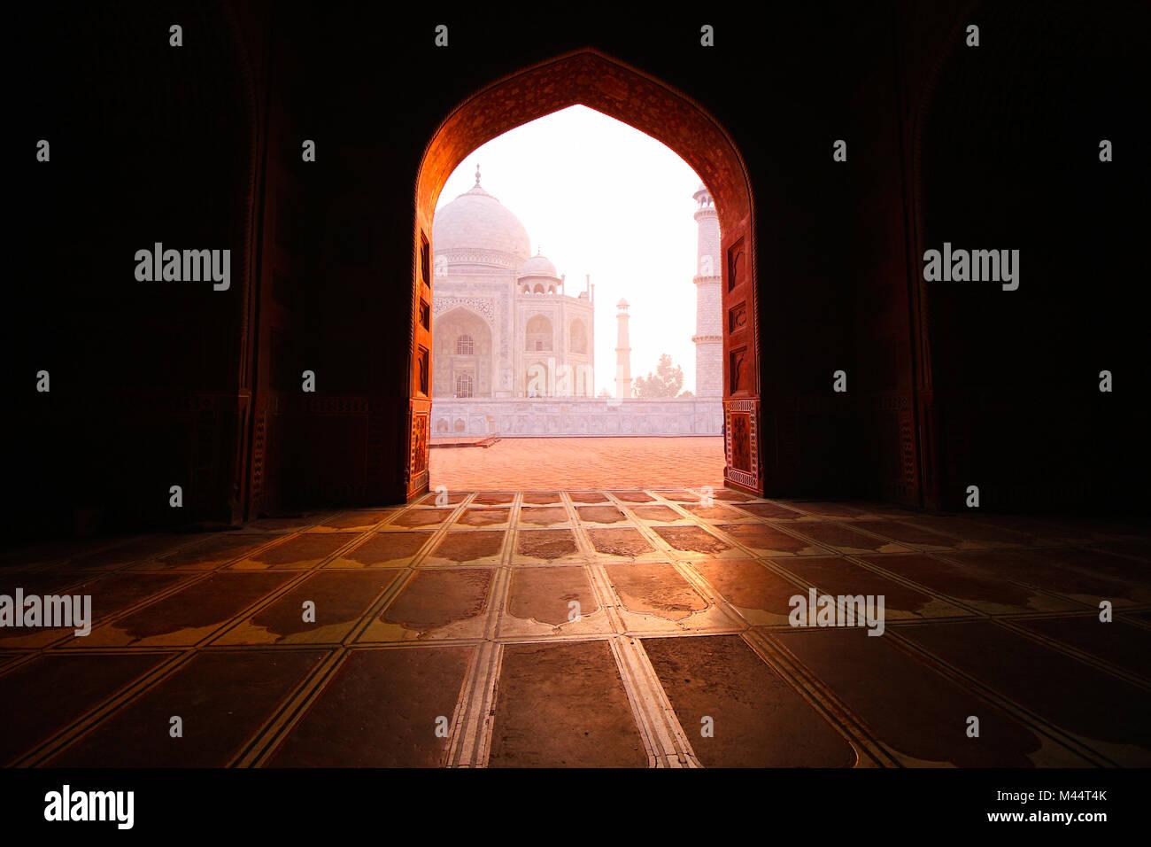 Vista del Taj Mahal desde la mezquita, Agra, Uttar Pradesh, India Imagen De Stock