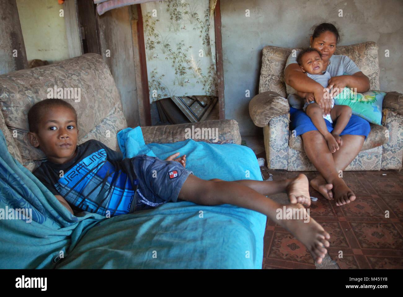 Una madre y sus dos hijos pequeños en casa, Rakiraki, Fiji. Foto de stock