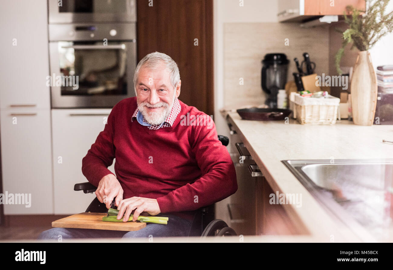 Hombre senior en silla de ruedas cocinar en la cocina Foto & Imagen ...