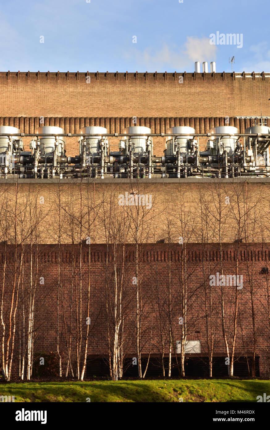 Los equipos eléctricos o generadores para unidades de aire acondicionado en una línea pon el exterior de un gran edificio de ladrillo en el centro de Londres. Industrial. Foto de stock