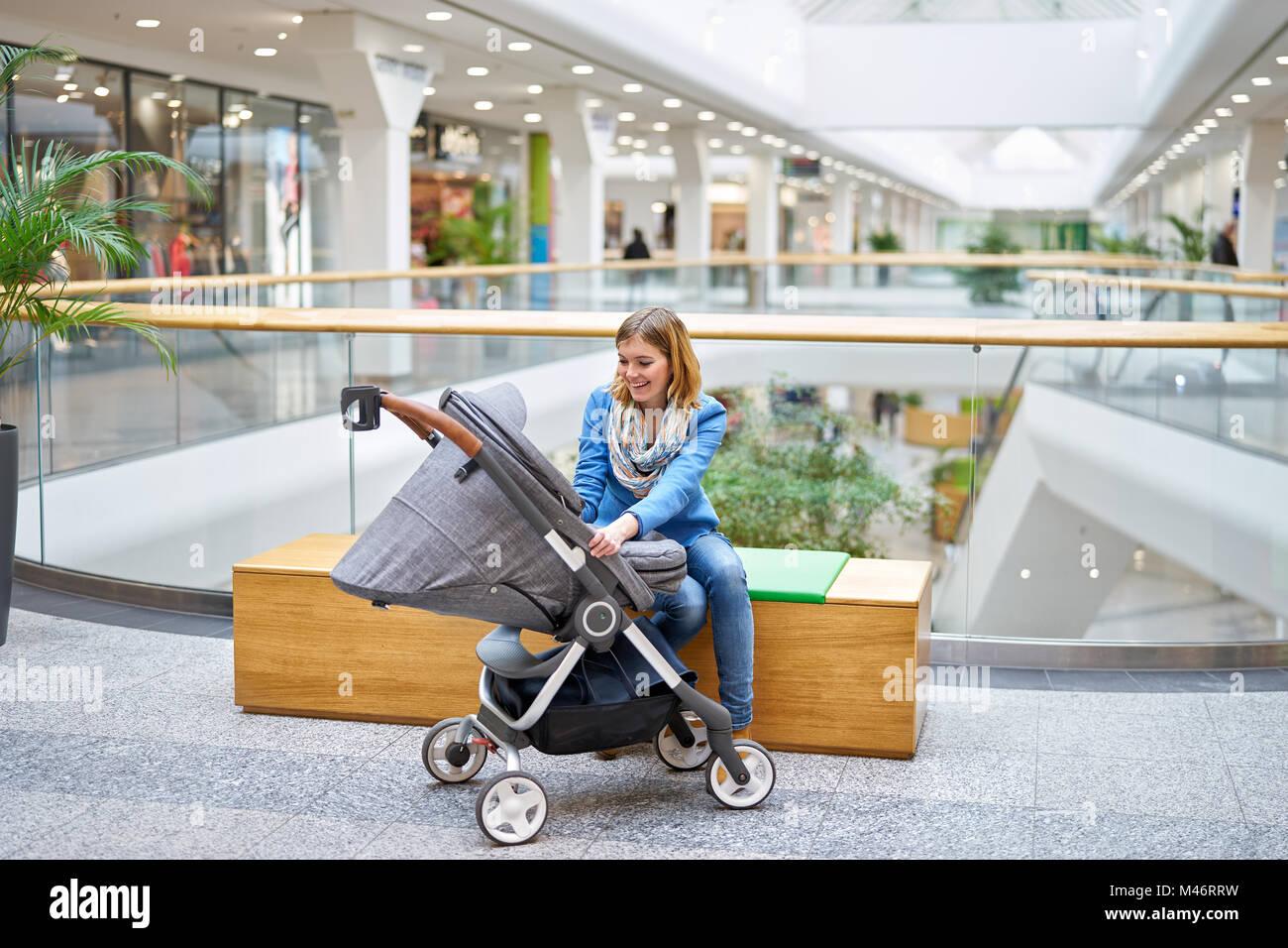 Mujer sonriente joven hablando con su bebé Foto de stock