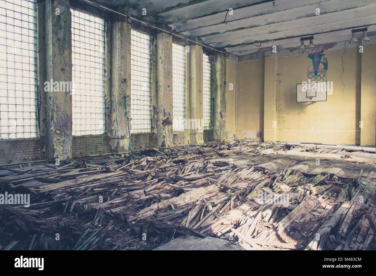 Antiguo pabellón de deportes baloncesto , escuela abandonada Foto de stock