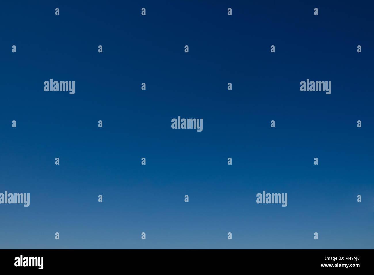 Ideal como gradiente de cielo claro y el fondo. Azul del cielo sin nubes. Imagen De Stock