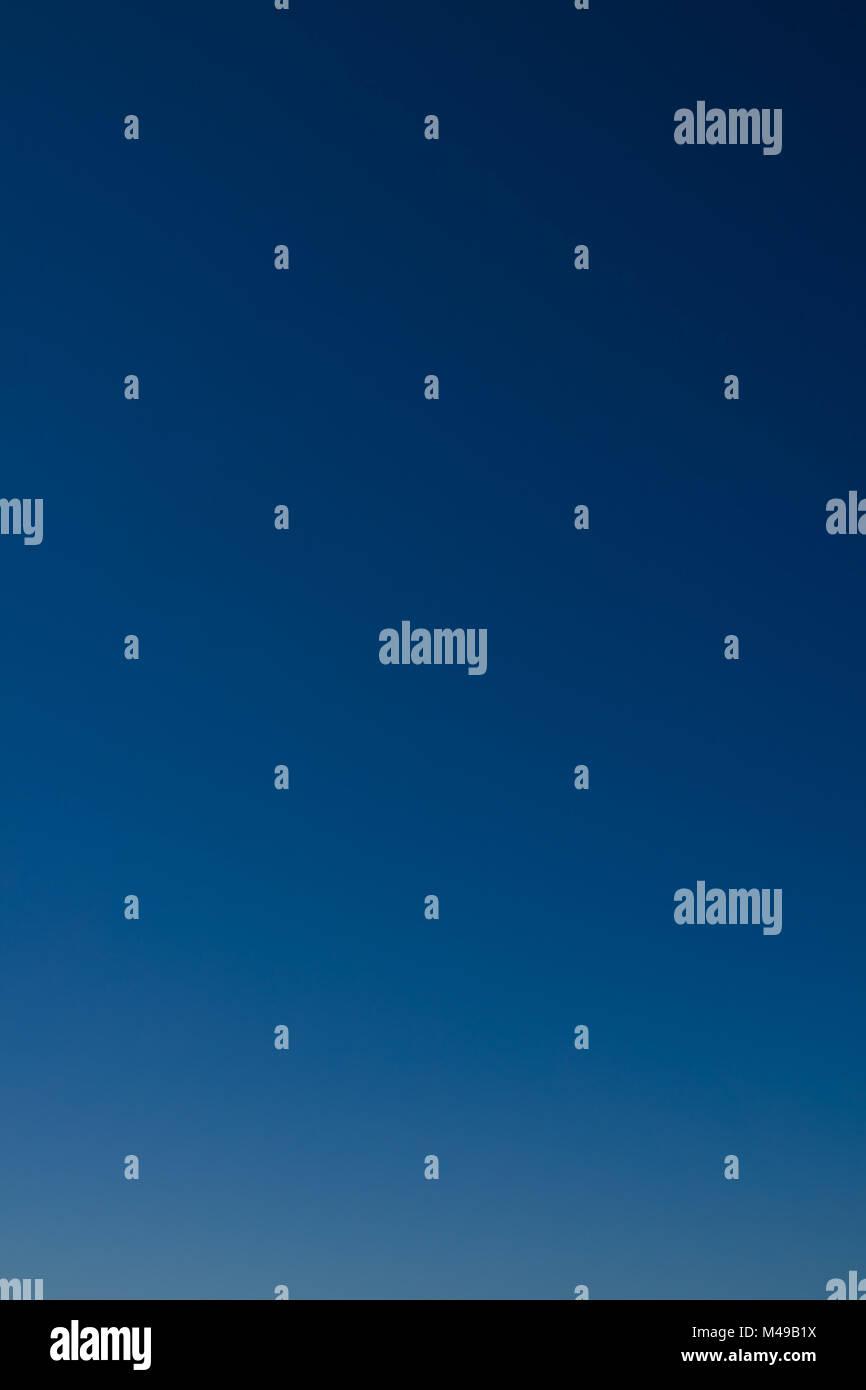Ideal como fondo de cielo claro. Azul del cielo sin nubes. Imagen De Stock