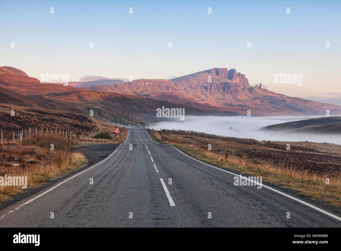 El camino abierto en una brumosa mañana de otoño en la Isla de Skye, Storr, Inner Hebrides, Scotland, Reino Unido Foto de stock
