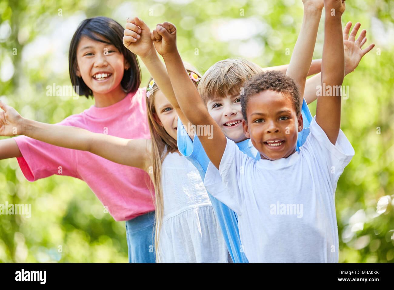 Grupo de niños en la guardería internacional están felices y vítores Imagen De Stock