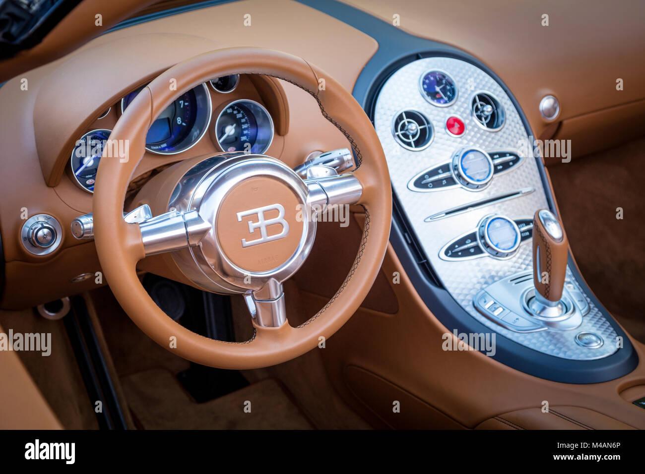2012 Bugatti Veyron Grandsport 16:4 (un precio de 2.000.000 dólares) en la pantalla al 'coches en 5ª' automostrar, Foto de stock