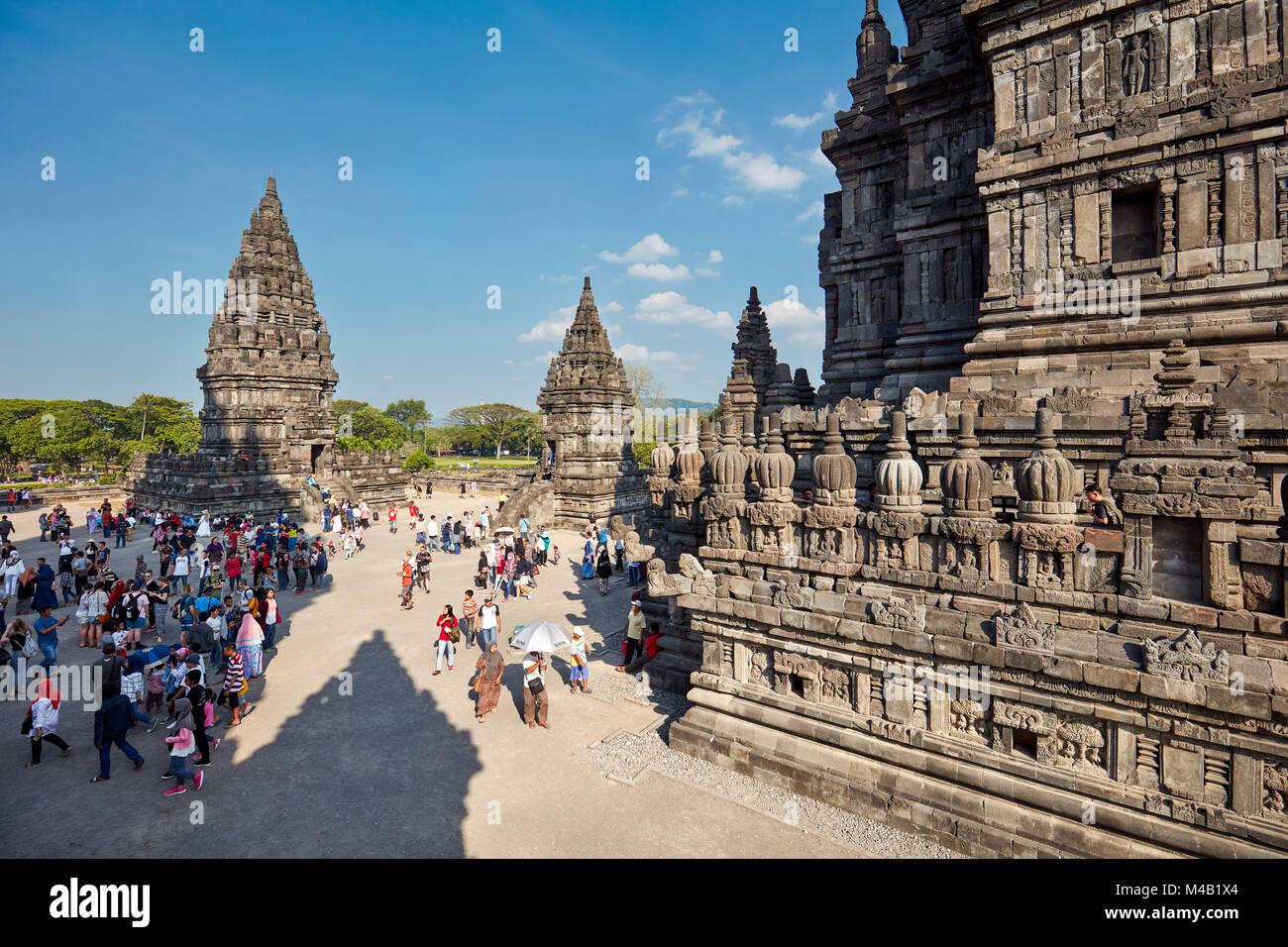 Los turistas en el templo hindú Prambanan compuesto. La región especial de Yogyakarta, en Java, Indonesia. Imagen De Stock