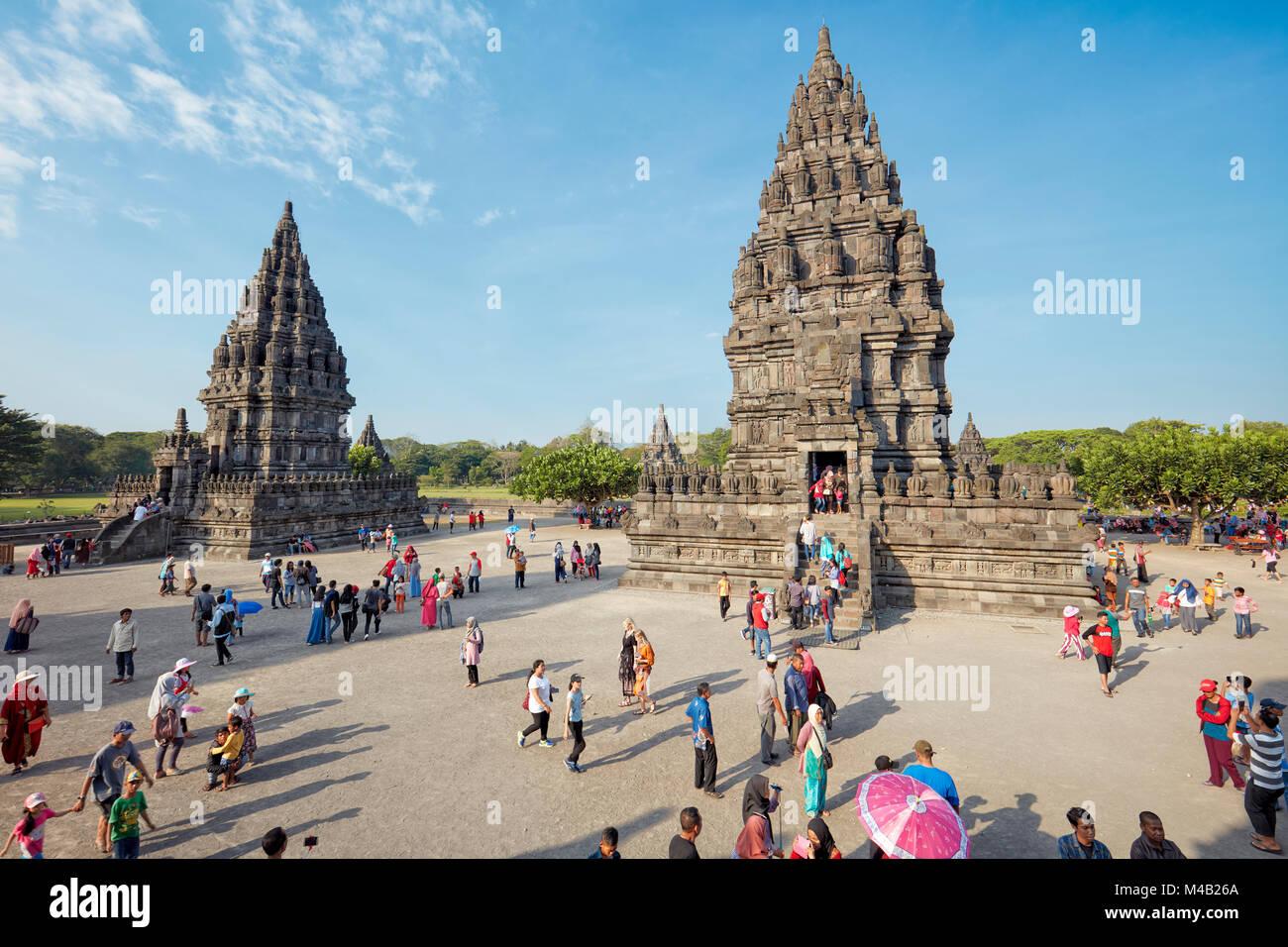 Turistas en el templo hindú Prambanan compuesto. La región especial de Yogyakarta, en Java, Indonesia. Foto de stock