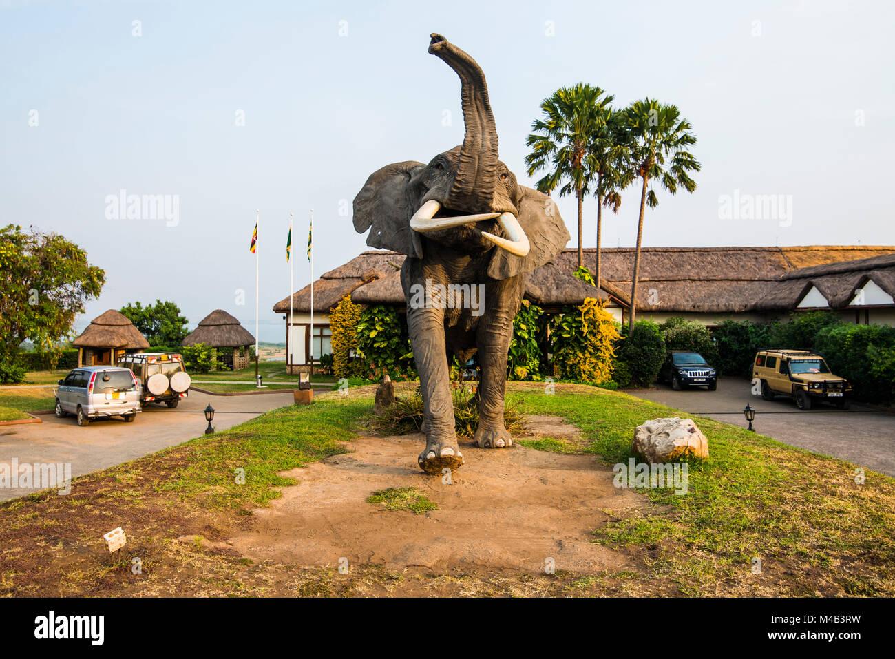 Elefante artificial a la entrada de un hotel de lujo en el Parque Nacional Queen Elizabeth,Uganda Imagen De Stock