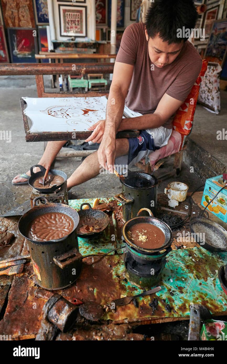 La pintura batik Batik artesanal en el seno de la tienda. Yogyakarta, Java, Indonesia. Imagen De Stock