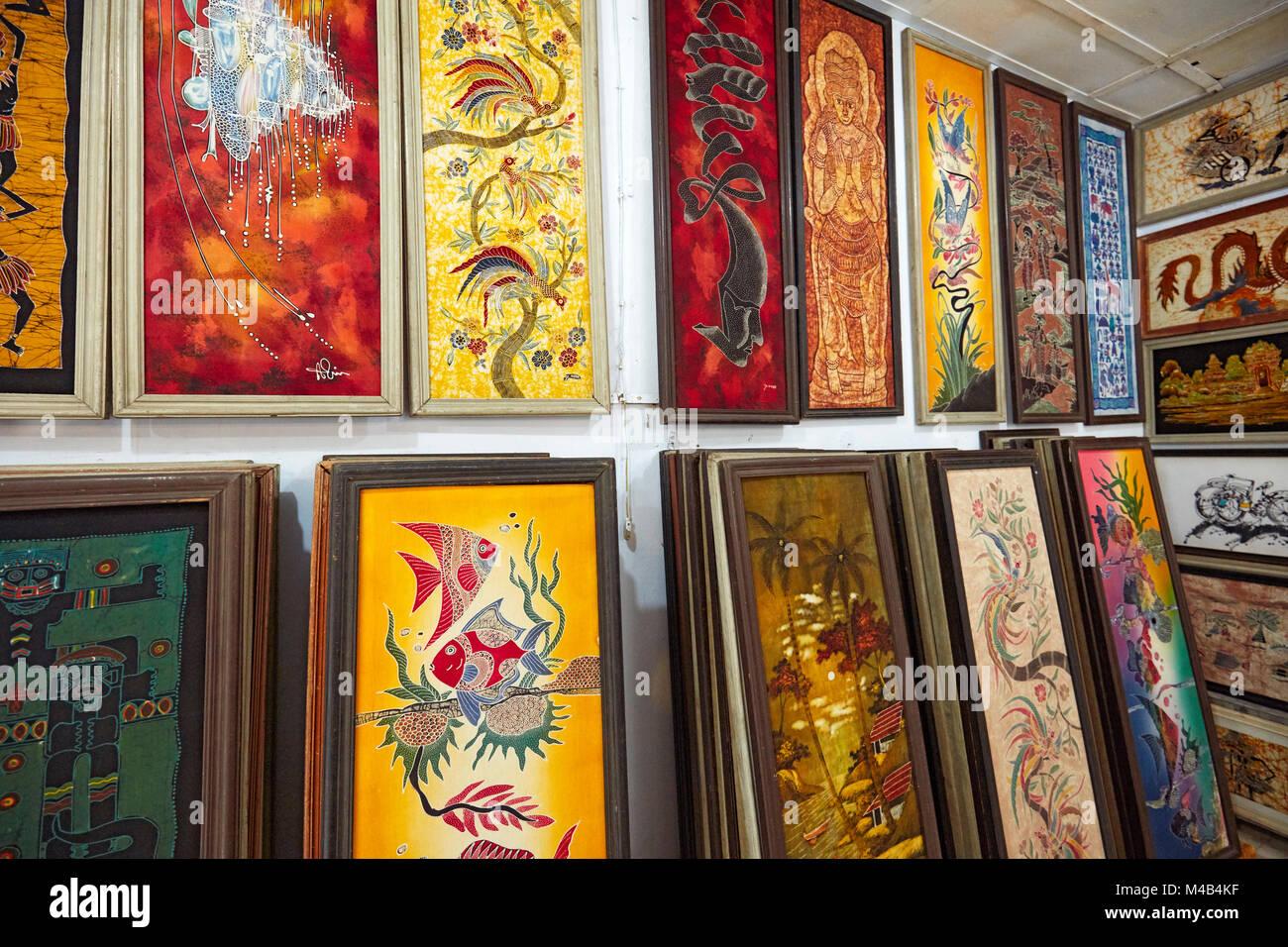 Selección de pinturas batik enmarcadas en venta en batik Seno shop. Yogyakarta, Java, Indonesia. Imagen De Stock