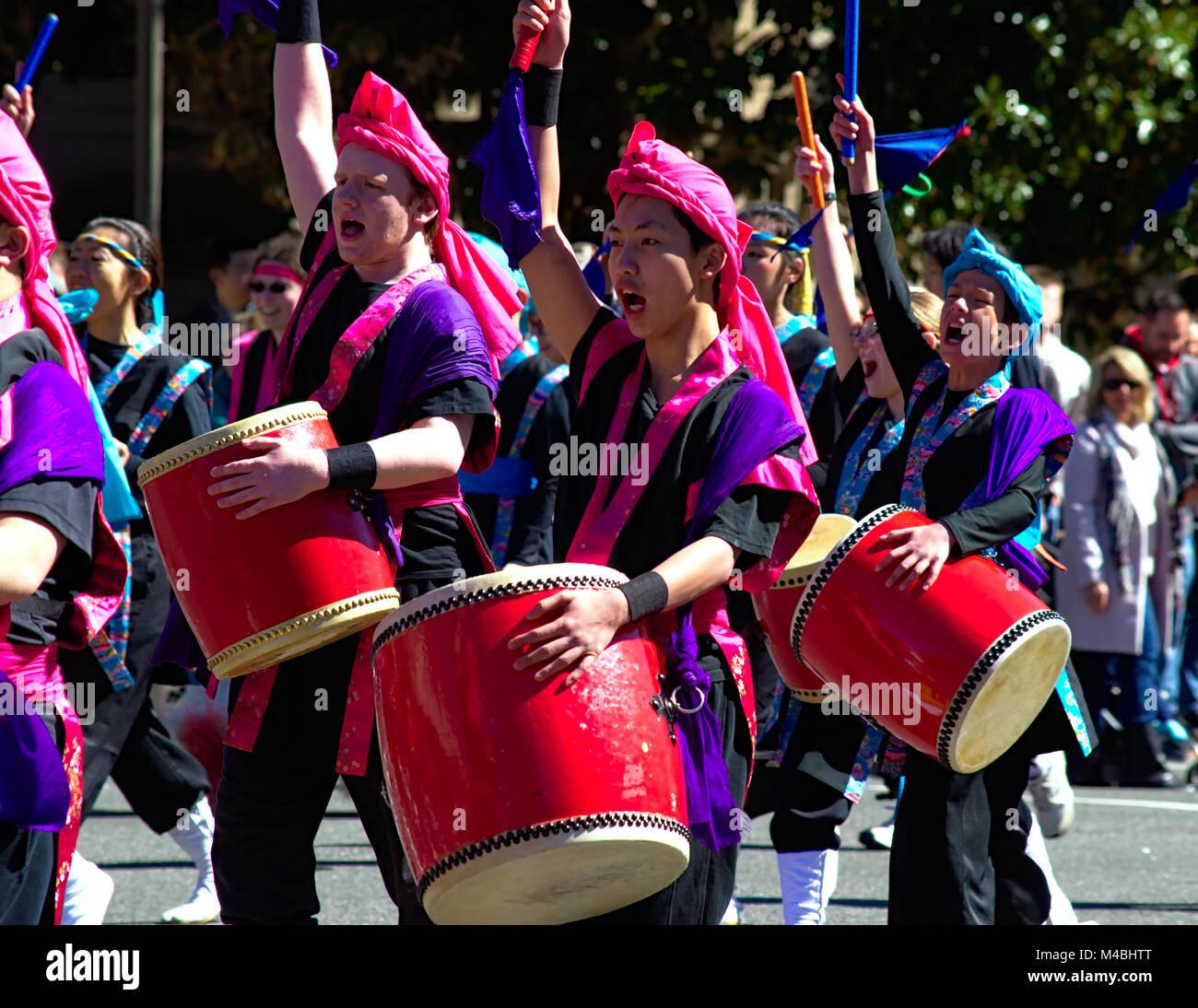 Percusionistas asiáticos desfile de los cerezos en flor en Washington D.C. Foto de stock