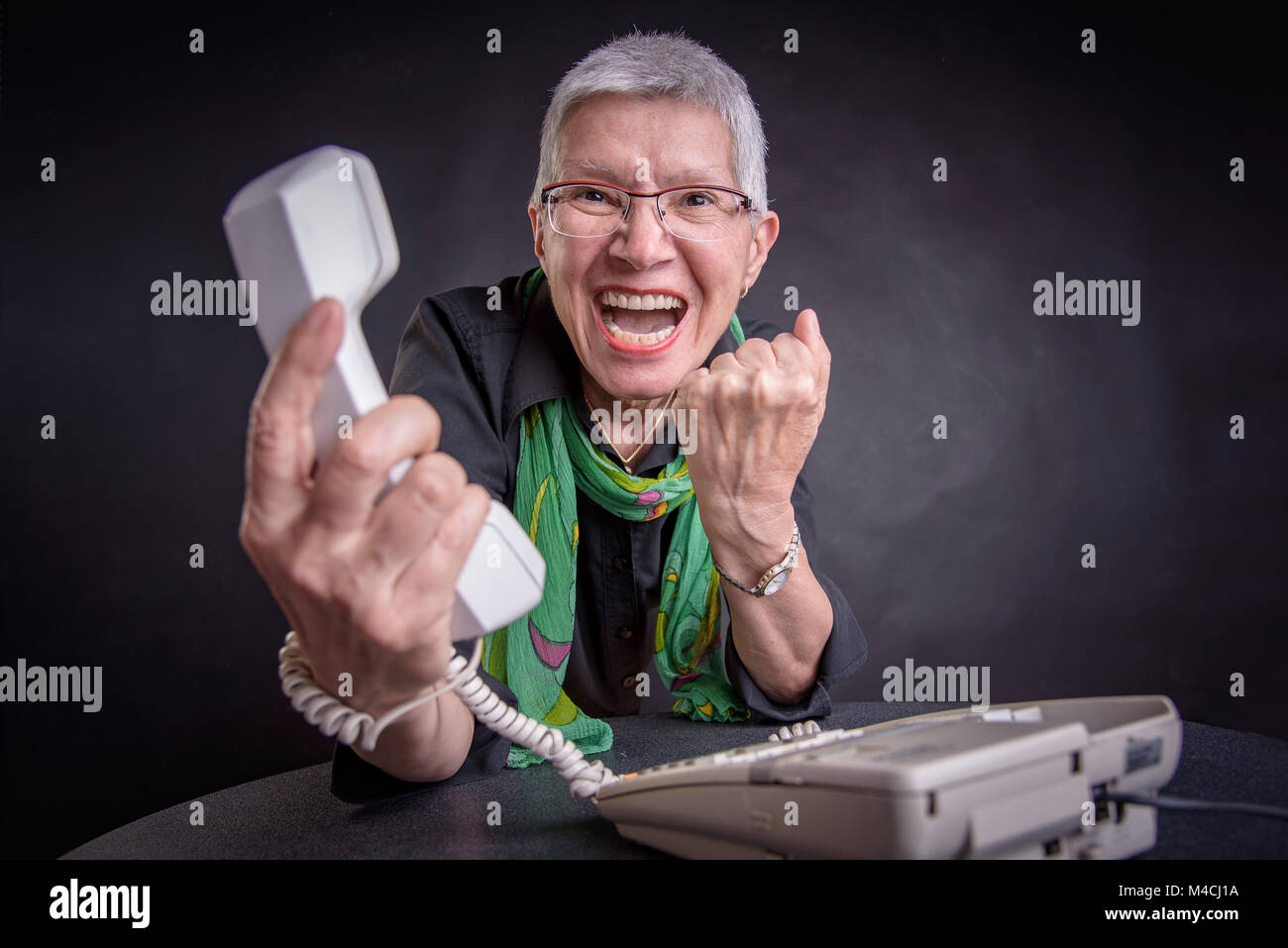 Pésimo servicio, enojado altos mujer gritando al teléfono Foto de stock