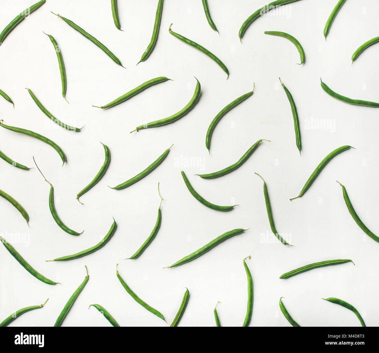 Flat-lay de frijoles verdes frescos sobre fondo blanco de madera Imagen De Stock