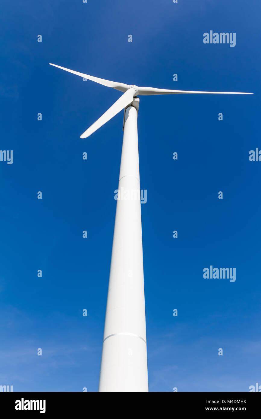 La generación de energía renovable con turbina de viento Foto de stock
