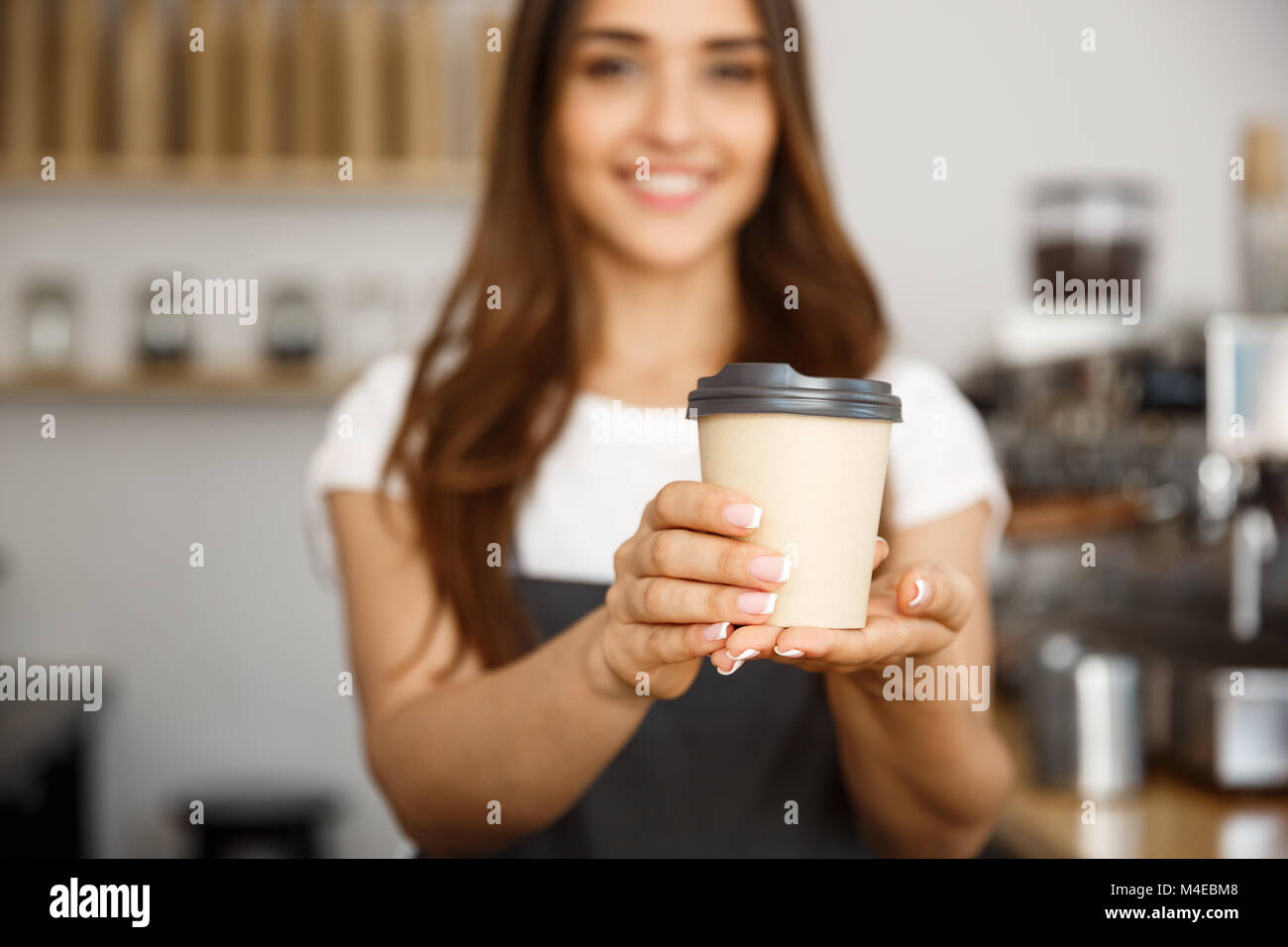 Concepto de negocio de Café - bella dama caucásica sonriendo ante la cámara desechable ofrece quitarle Imagen De Stock