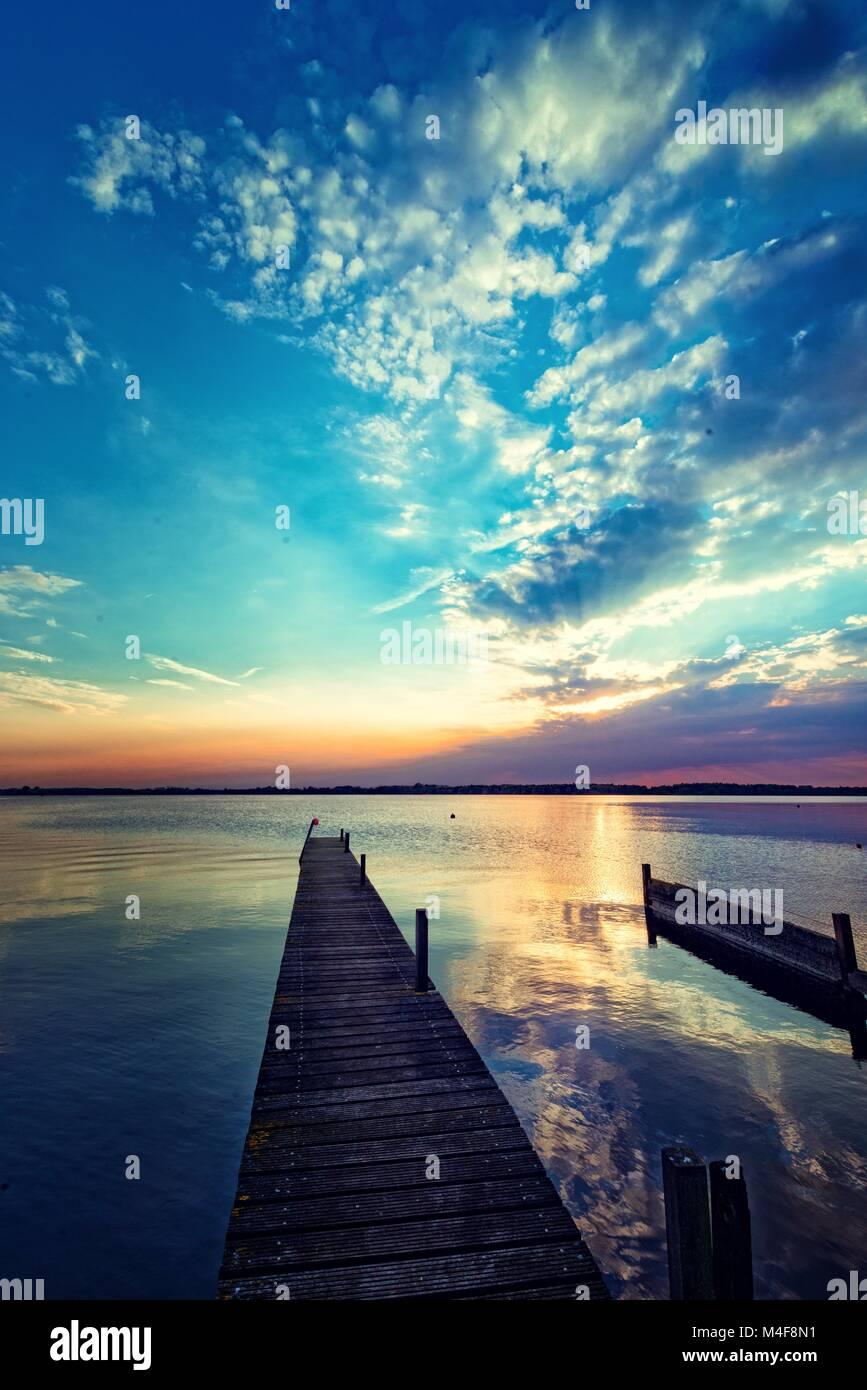 Atardecer en el lago Foto de stock
