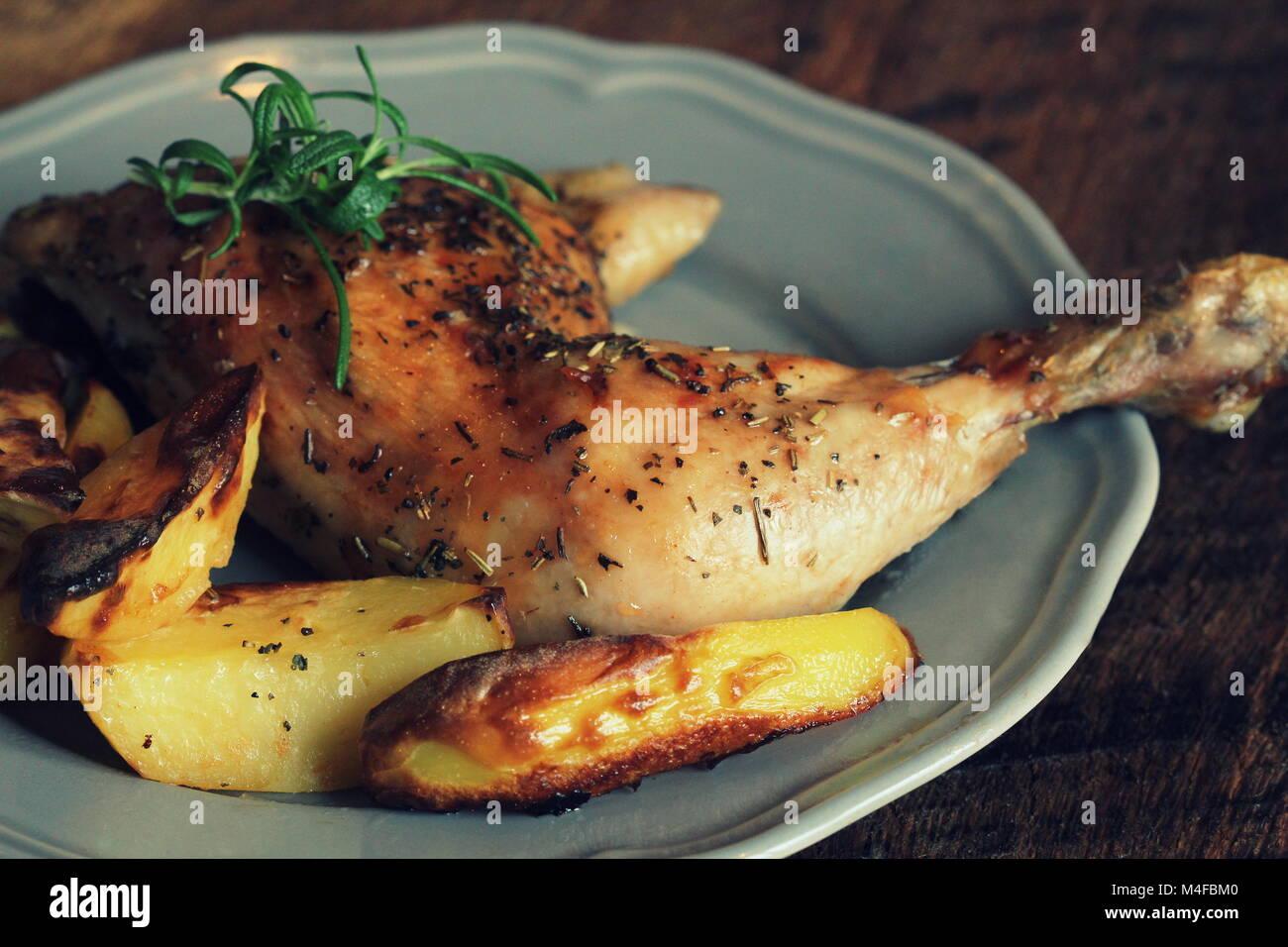 Pierna de pollo asado con patatas, un cuarto para decorar. Vista ...