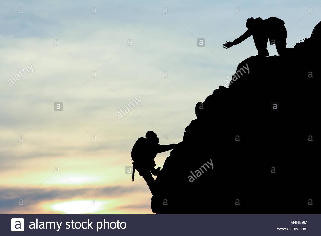 Ayuda y soporte técnico de montañismo Foto de stock