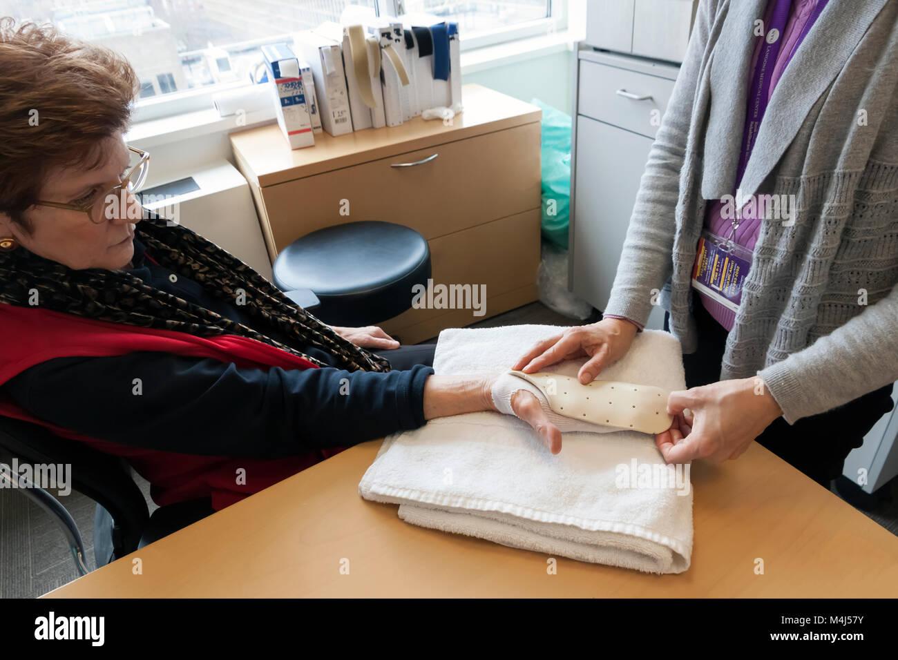 Férula de mano hecha de termoplástico de ser adaptadas por un terapeuta ocupacional para el post-operatorio Imagen De Stock