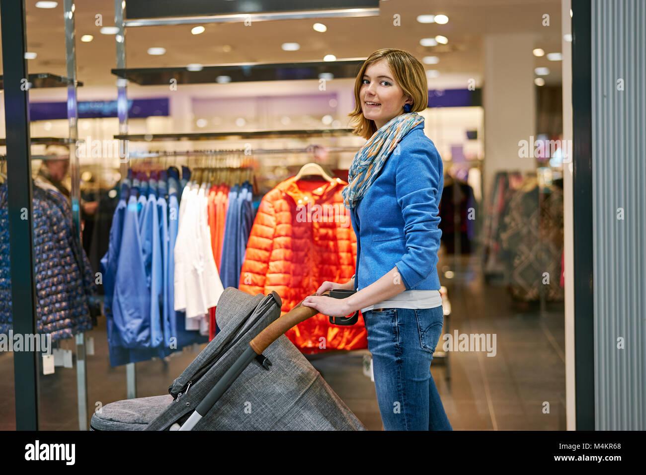 Mujer joven durante compras Foto de stock