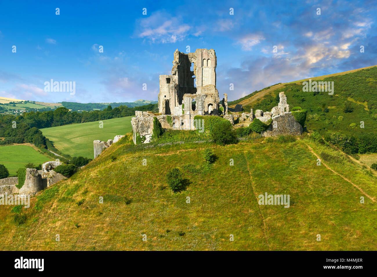 El castillo Corfe medieval conservar y almenas al amanecer, construido en 1086 por Guillermo el Conquistador, Dorset, Imagen De Stock