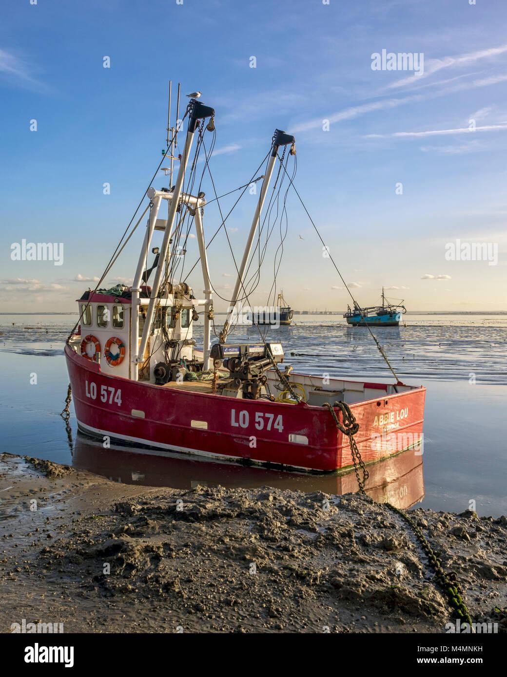 LEIGH-on-Sea, Essex, Reino Unido: la pesca de arrastre en el Old Leigh Foto de stock