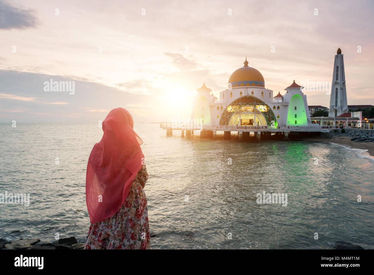 Estrecho de Malaca mezquita musulmana con orar en Malasia. Mezquita musulmana de Malasia con el concepto de religión. Imagen De Stock
