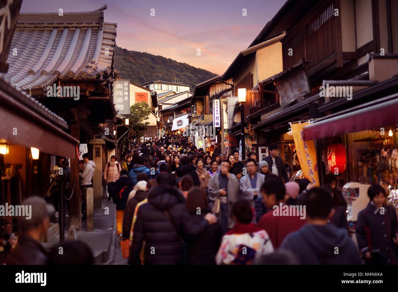 Abarrotado de Gente, Matsubara dori calle llena de tiendas de recuerdos y restaurantes, cerca del templo Kiyomizu Imagen De Stock