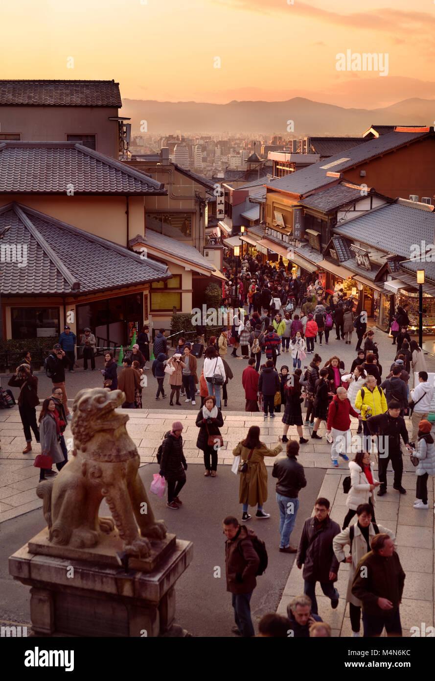 Matsubara dori street al atardecer en otoño, llena de turistas y visitantes en la entrada al templo budista de Kiyomizu Foto de stock