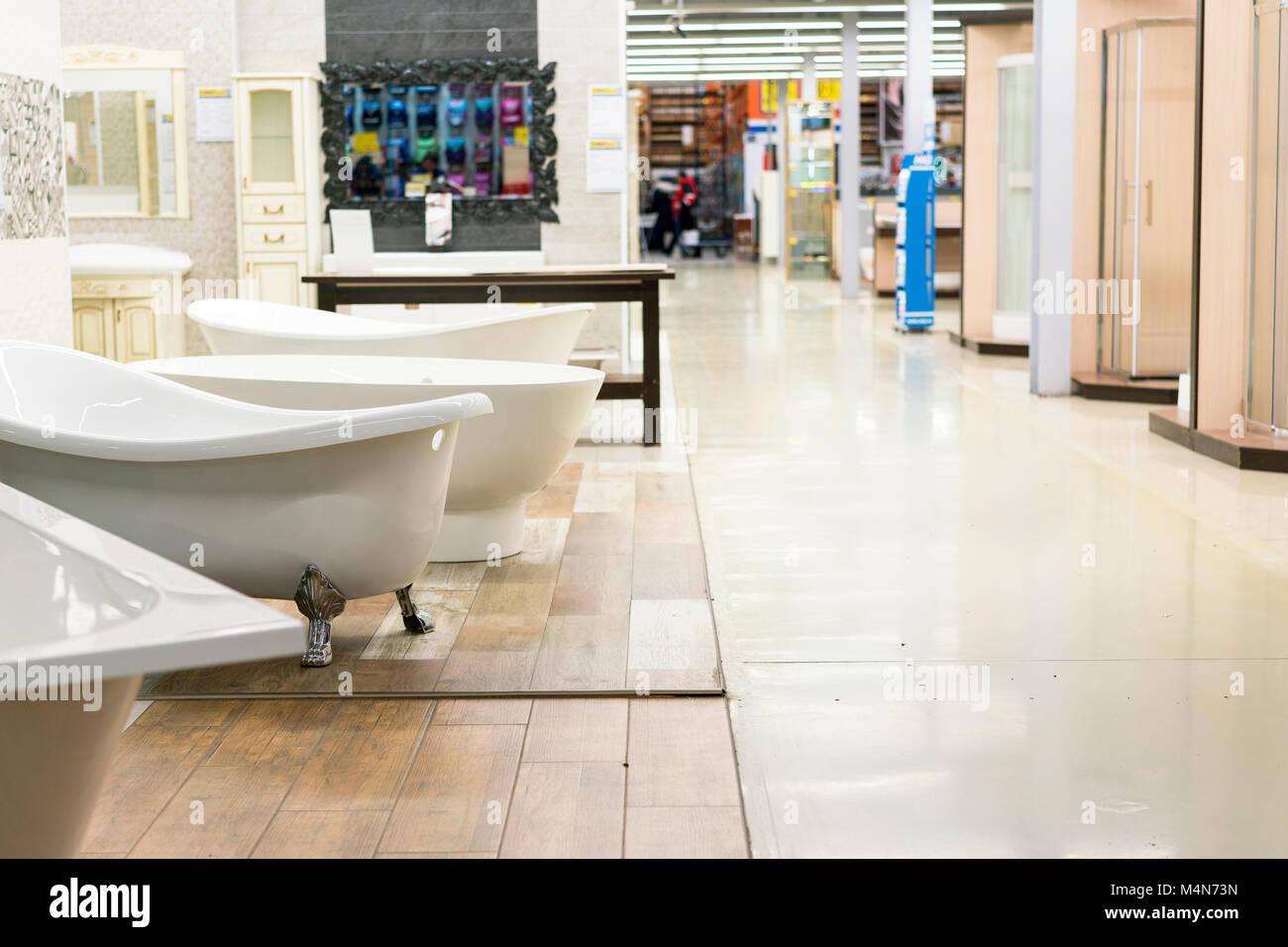 Tienda de ingeniería sanitaria. Los cuartos de baño blancos Foto ...