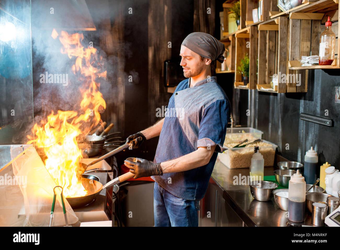 Cocinero jefe de cocina en la cocina asiática Imagen De Stock