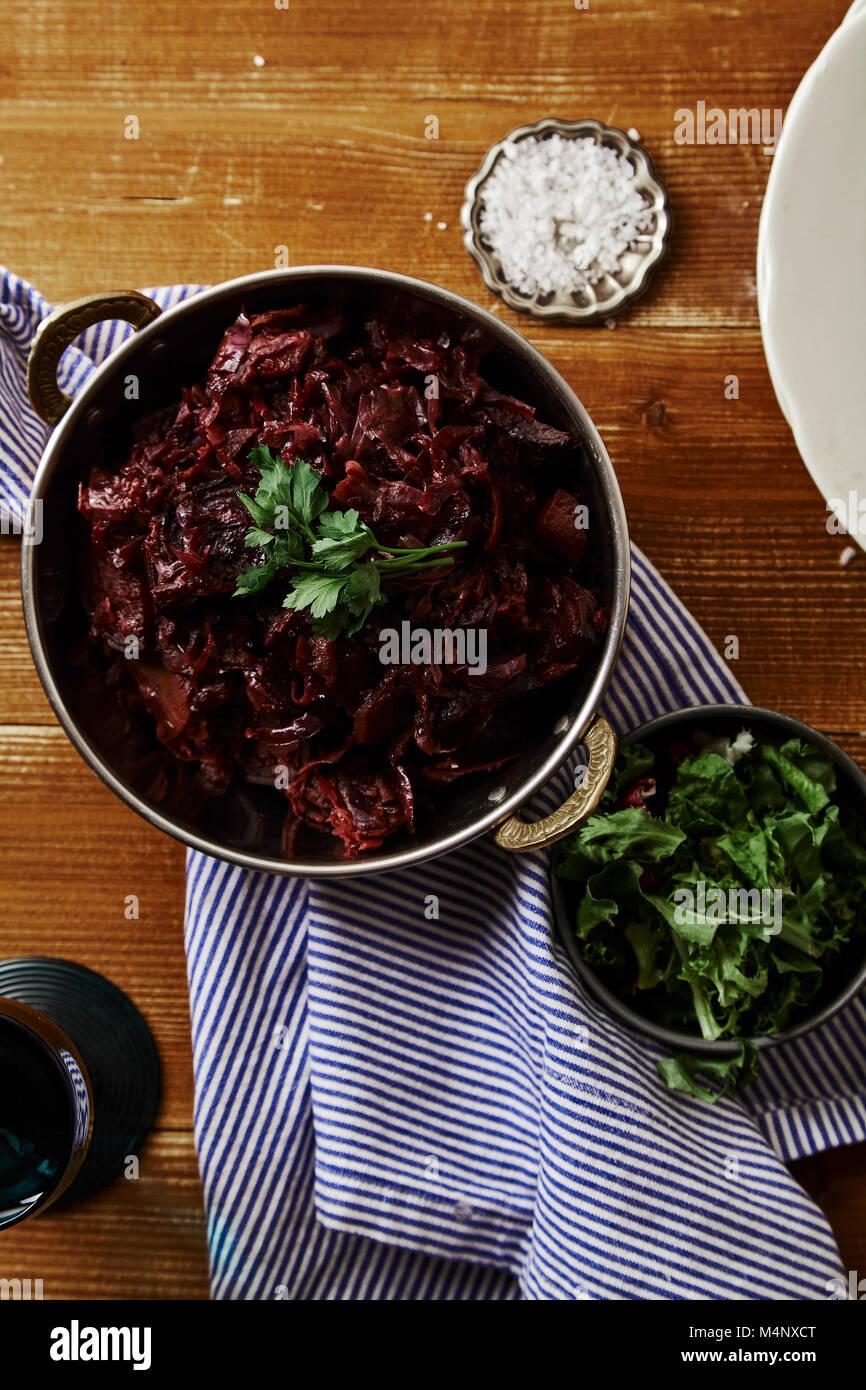 Imagen vertical de repollo con remolacha braseado en salsa de vino tinto servido con sal marina y el perejil. Plato Foto de stock
