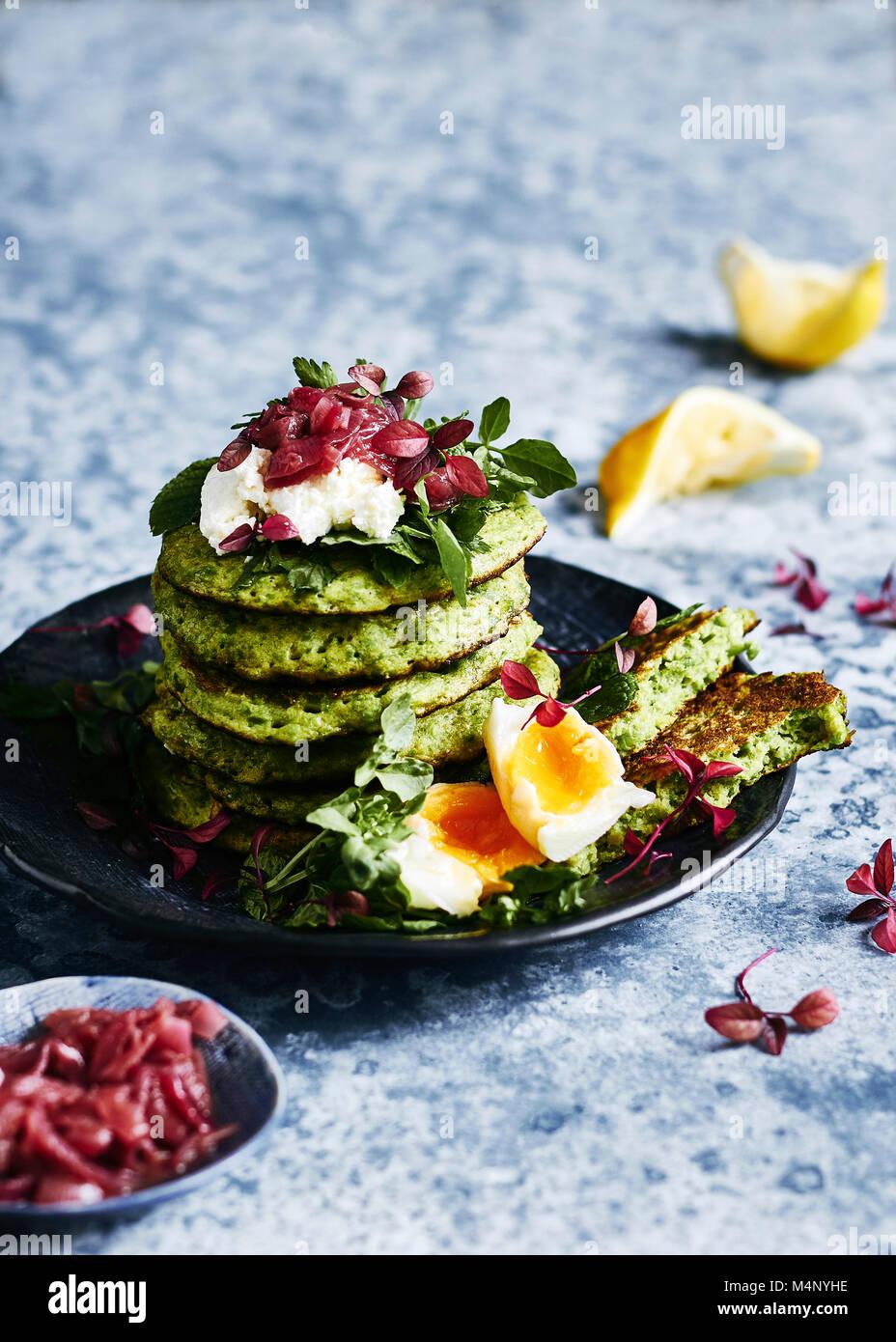Comer sano, libre glutin arveja pancake pila. Con queso de cabra, huevo watercrese y menta verdes y un lado del Imagen De Stock