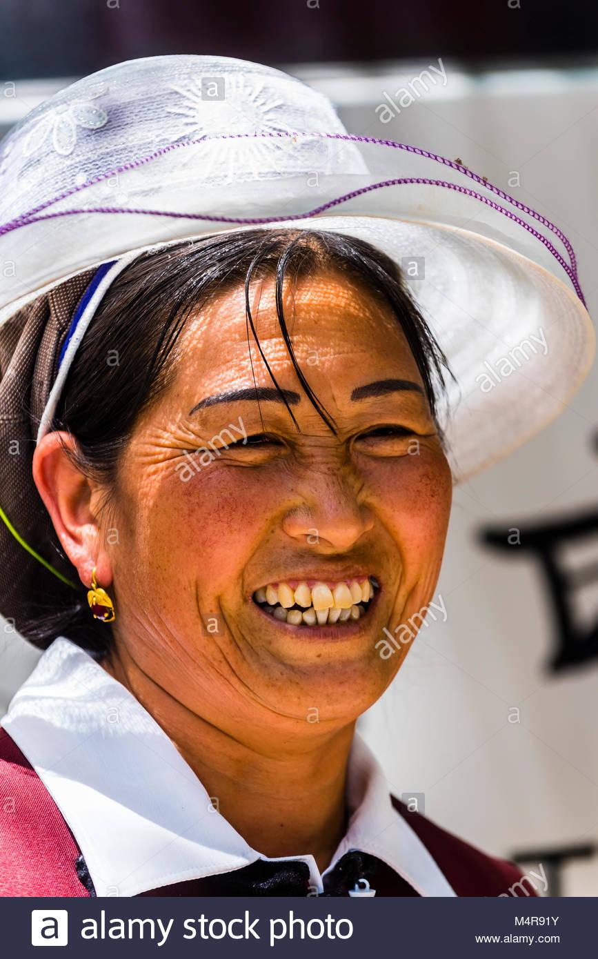 Una minoría étnica mujer Dragón Negro, piscina, parque de Lijiang, provincia de Yunnan, China. Foto de stock