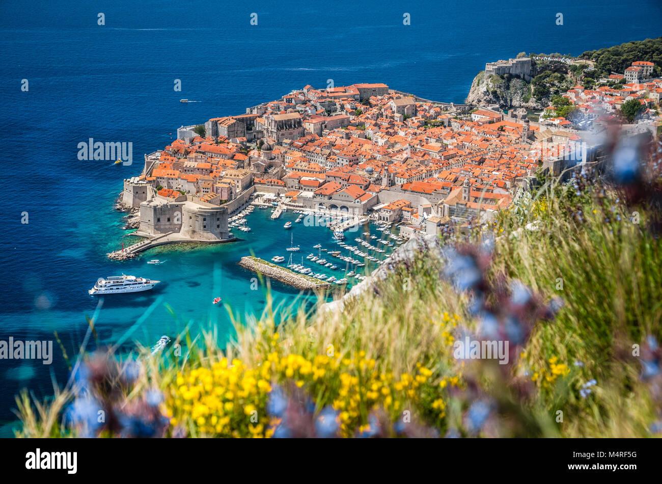 Vista aérea de la histórica ciudad de Dubrovnik, uno de los destinos turísticos más famosos en el Mar Mediterráneo, Foto de stock