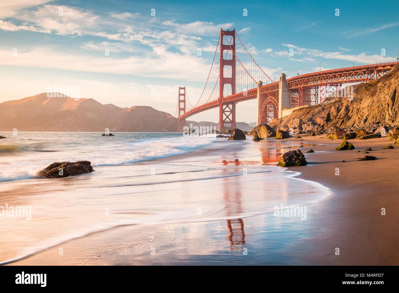 Classic vista panorámica del famoso Golden Gate Bridge visto desde la pintoresca playa de Baker en la hermosa luz Foto de stock