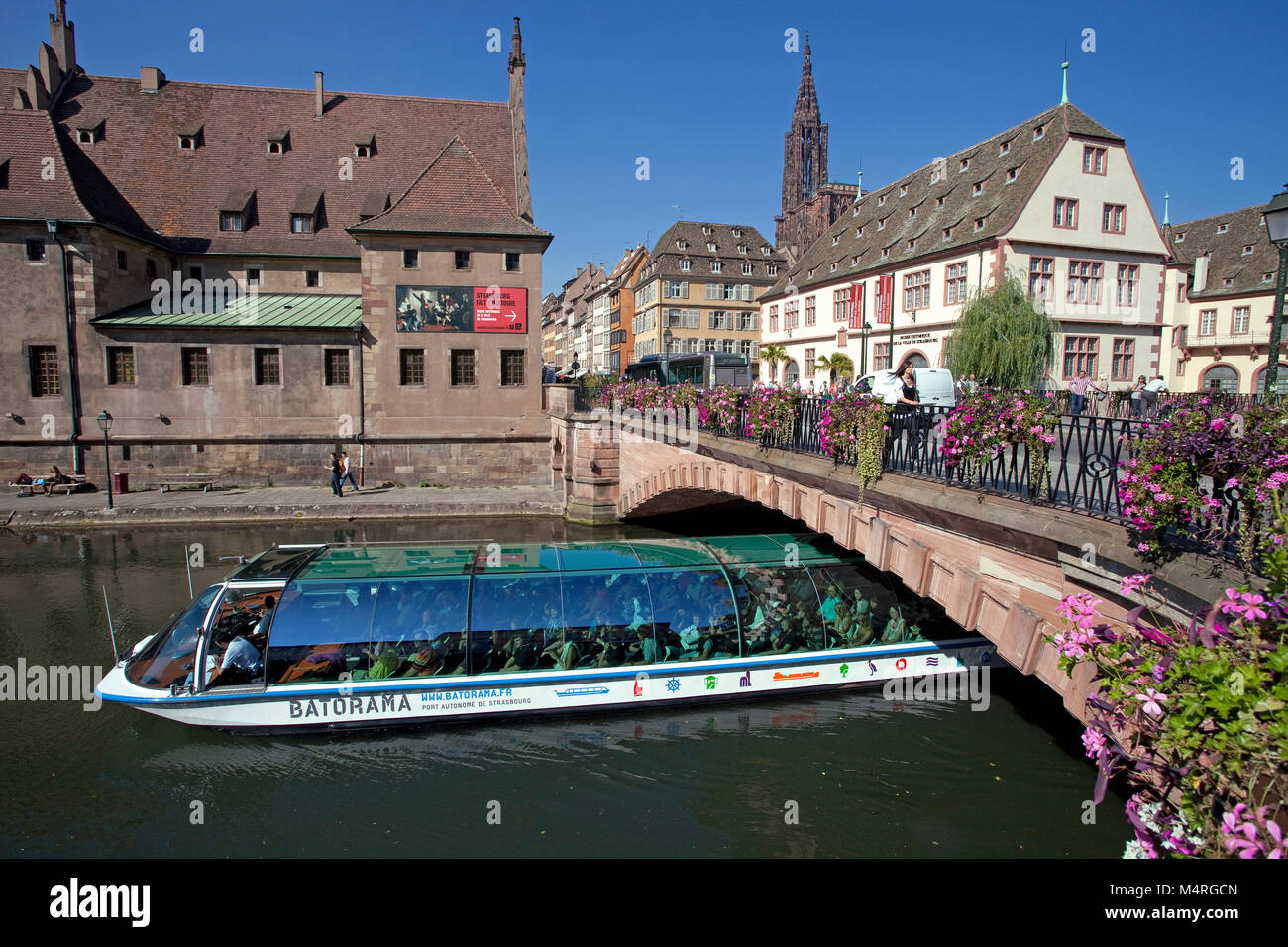Viaje en barco en el río III, Pont Corbeau con vista sobre los antiguos lugares de house y la catedral de Estrasburgo, Imagen De Stock
