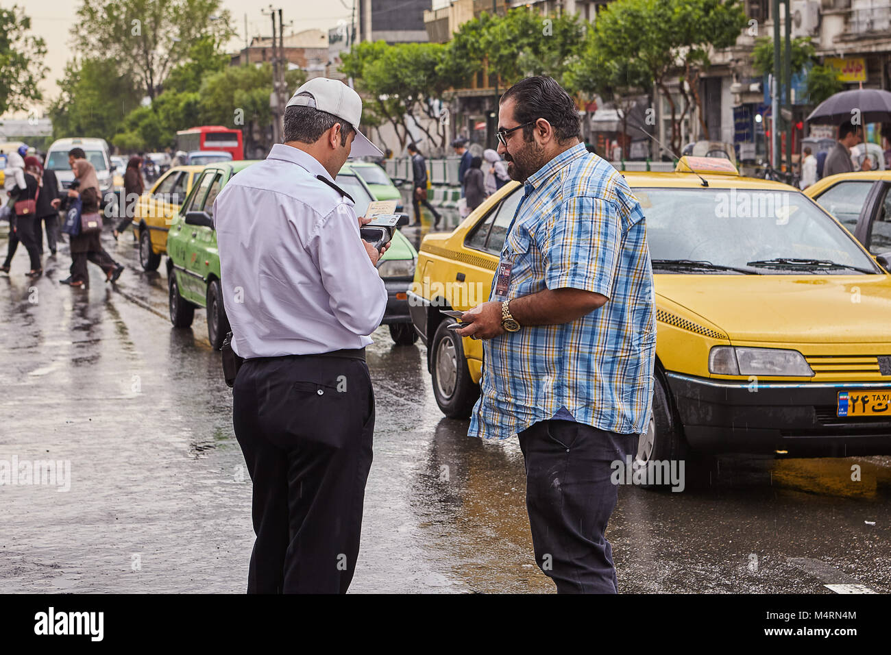 Teherán, Irán - Abril 29, 2017: la policía iraní en la calle comprueba la licencia de conducir Imagen De Stock