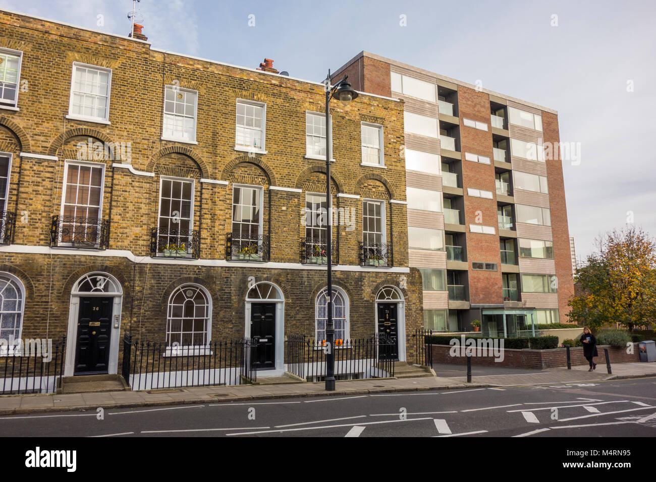 Contraste de viejas y nuevas casas adosadas georgianas y modernos apartamentos en Amwell Street, Clerkenwell, London, Imagen De Stock